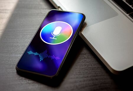 Foto de Personal voice assistant siri concept, deep learning sound recognition application on mobile phone screen. Close-up smartphone with microphone icon and wave sound symbol. - Imagen libre de derechos