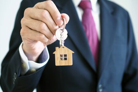 Photo pour Home sales agents are giving home keys to new homeowners. Landlords and house keys concept - image libre de droit