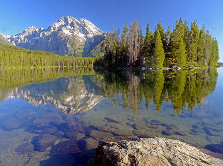 Photo pour Snow capped mountains and water reflections in Yellowstone. - image libre de droit