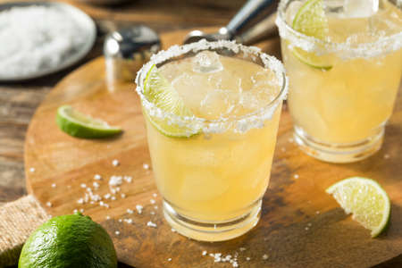 Photo pour Refreshing Mexican Tequila Margarita with LIme and Salt - image libre de droit