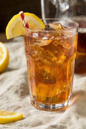 Photo pour Sweet Refreshing Cold Iced Tea with Lemon - image libre de droit