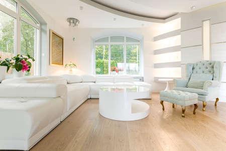 Foto de Luxury bright spacious living room - Imagen libre de derechos