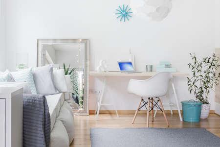 Foto de Bright nook with desk in living room - Imagen libre de derechos