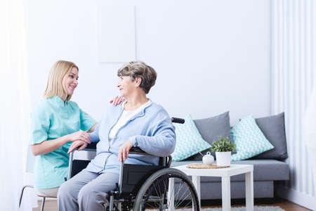 Foto de Photo of senior lady on wheelchair and her caregiver - Imagen libre de derechos