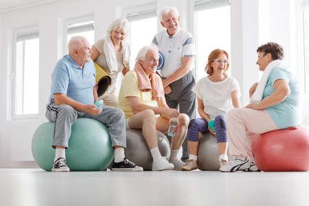 Photo pour Group of active senior people talking after training - image libre de droit