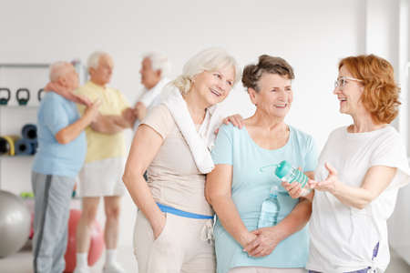 Photo pour Group of aged women having fun together in a gym - image libre de droit