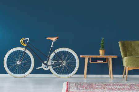 Photo pour Stylish bike and vintage furniture in modern interior - image libre de droit