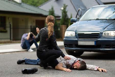 Photo pour Fatal car crash, killed man lying on the road - image libre de droit