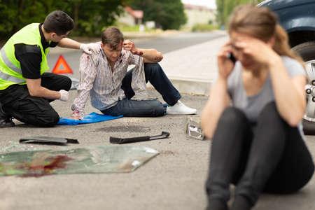 Photo pour Guilty driver talking on the phone after car accident - image libre de droit