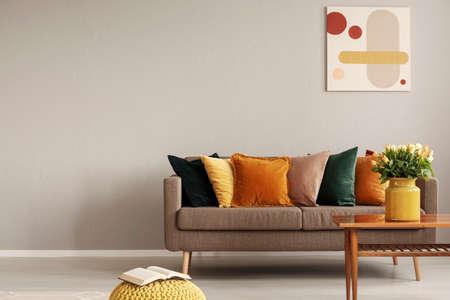 Foto de Retro style in beautiful living room interior with grey empty wall - Imagen libre de derechos