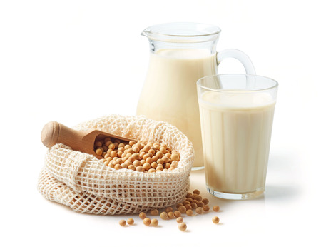 Photo pour Soy beans and soy milk isolated on white background - image libre de droit