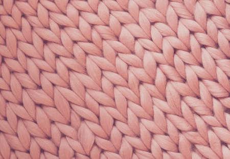 Photo pour Texture of pink big knit blanket. Large knitting. Plaid merino wool. Top view - image libre de droit