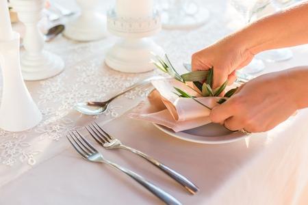 Foto de table decorated with flowers wedding dinner. - Imagen libre de derechos