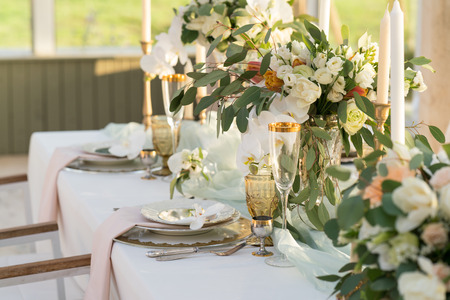 Photo pour beautifully decorated table with flowers for wedding party - image libre de droit