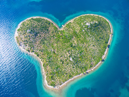 Photo pour Aerial view of the heart shaped Galesnjak island on the adriatic coast of Croatia. - image libre de droit