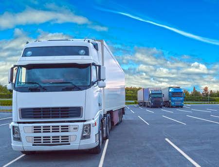 Photo pour White truck parked on a cloudy day - image libre de droit