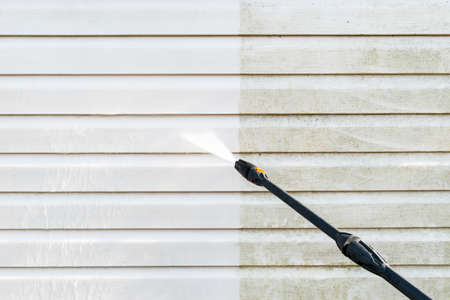 Photo pour Cleaning service washing building facade with pressure water. Cleaning dirty wall with high pressure water jet. Power washing the wall. Cleaning the facade of the house. Before and after washing - image libre de droit