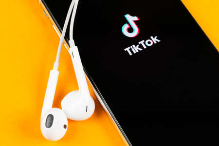 Photo pour Helsinki, Finland,  May 4, 2019: Tik Tok application icon on Apple iPhone X screen close-up. Tik Tok icon. tik tok application. Tiktok Social media network. Social media icon - image libre de droit