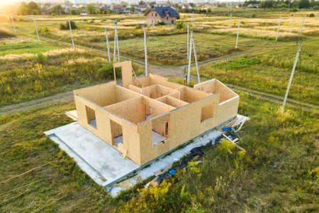 Photo pour Construction of new and modern modular house. Walls made from composite wooden sip panels with foam insulation inside. Building new frame of energy efficient home concept. - image libre de droit