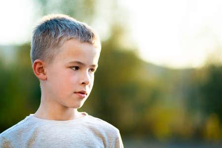 Photo pour Portrait of a child boy outdoors on a warm sunny summer day. - image libre de droit