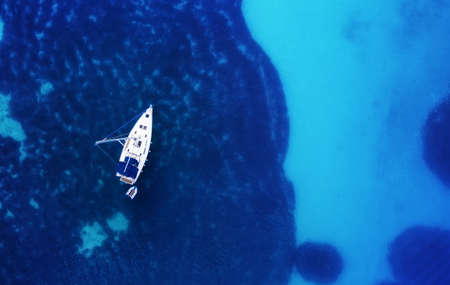 Photo pour Yacht on the water surface from top view. Turquoise water background from top view. Summer seascape from air. Croatia. Travel - image - image libre de droit