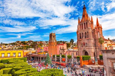 Photo pour Parroquia Archangel church Jardin Town Square Rafael Chruch San Miguel de Allende, Mexico. Parroaguia created in 1600s. - image libre de droit