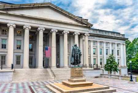 Foto für Albert Gallatin Statue US Flag US Treasury Department Washington DC.  Statue by James Fraser and dedicated in 1947. - Lizenzfreies Bild