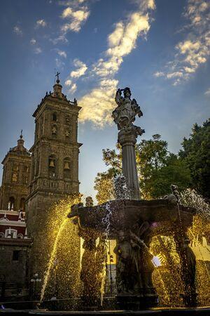 Foto de Zocalo Park Plaza San Miguel Arcangel Fountain Cathedral Sunset Puebla Mexico. Cathedral built in 15 and 1600s, Fountain in 1777 - Imagen libre de derechos