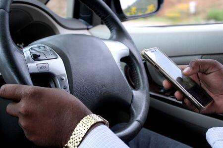 Photo pour Driver texting while driving. - image libre de droit