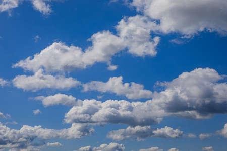 Photo pour Bright sunny day, cloudscape full of white fluffy cummulus clouds - image libre de droit