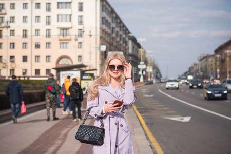 Photo pour Lifestyle concept, a beautiful girl in the city walks - image libre de droit