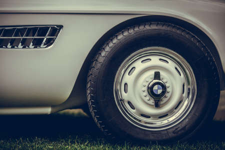 Photo pour Mandello del Lario, Italy - May 26, 1019: Illustrative editorial close up shot of the BMW logo on a vintage car. BMW is an German vehicle manufacturer. - image libre de droit