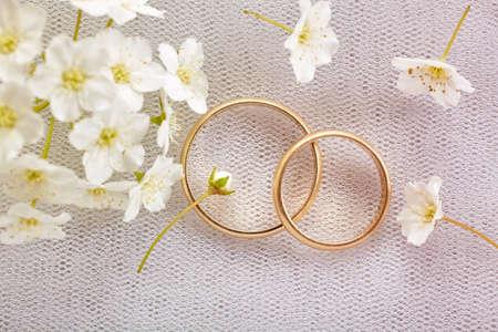 Photo pour Gold wedding rings - image libre de droit
