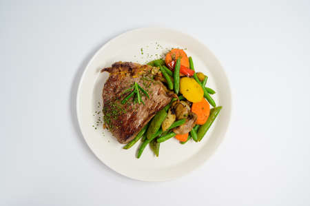 Photo pour grilled beef steak and vegetables - image libre de droit