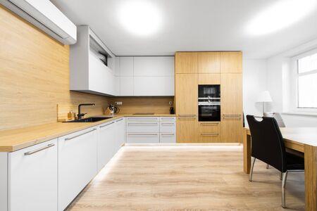 Foto de modern kitchen with black sink and air conditioning - Imagen libre de derechos