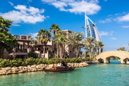 Photo pour DUBAI, UAE - NOVEMBER 23: View at Burj Al arab hotel from Madinat Jumeirah luxury hotel in a summer day in Dubai, UAE on 23 November 2015 - image libre de droit