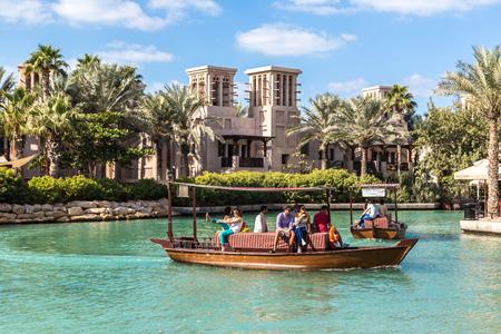 Photo pour DUBAI, UAE - NOVEMBER 23: Madinat Jumeirah luxury hotel in a summer day in Dubai, UAE on 23 November 2015 - image libre de droit