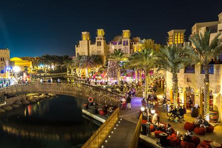 Photo pour DUBAI, UAE - NOVEMBER 23: Madinat Jumeirah luxury hotel at night in Dubai, UAE on 23 November 2015 - image libre de droit