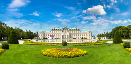 Foto per Fountain and Belvedere Palace in Vienna, Austria in a beautiful summer day - Immagine Royalty Free