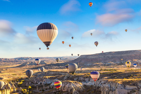 Photo pour Hot air Balloons flight in Cappadocia, Nevsehir, Turkey in a beautiful summer day - image libre de droit