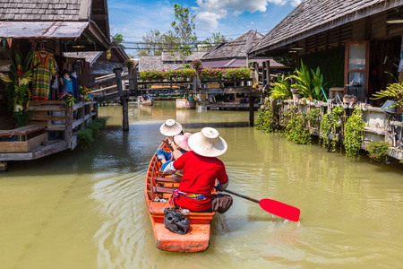Photo pour Floating Market in Pattaya, Thailand in a summer day - image libre de droit