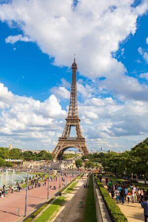 Photo pour PARIS, FRANCE - JULY 14, 2014:  Eiffel Tower most visited monument in France and the most famous symbol of Paris - image libre de droit