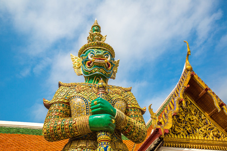 Photo pour Demon Guardian in Wat Phra Kaew (Temple of the Emerald Buddha),  in Bangkok in a summer day - image libre de droit