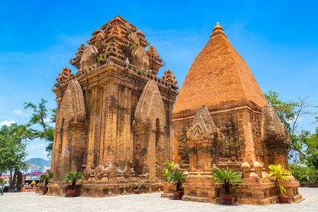 Photo pour Ponagar (Thap Ba Po Nagar) - Cham temple in Nha Trang, Vietnam in a summer day - image libre de droit