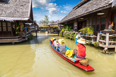 Foto de Floating Market in Pattaya, Thailand in a summer day - Imagen libre de derechos