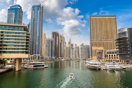 Photo pour Dubai Marina in a summer day in Dubai, United Arab Emirates - image libre de droit