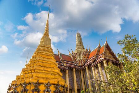 Photo pour Grand Palace and Wat Phra Kaew (Temple of the Emerald Buddha) in Bangkok in a summer day - image libre de droit