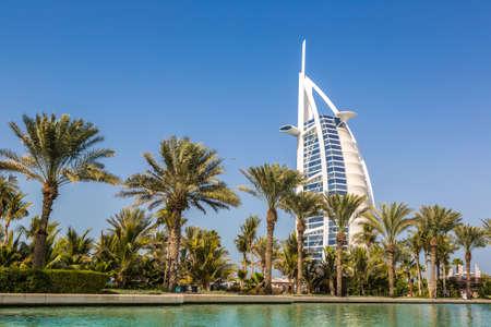 Photo pour DUBAI, UNITED ARAB EMIRATES - JANUARY 31, 2020: View at Burj Al arab hotel from Madinat Jumeirah luxury hotel in a summer day in Dubai, United Arab Emirates - image libre de droit