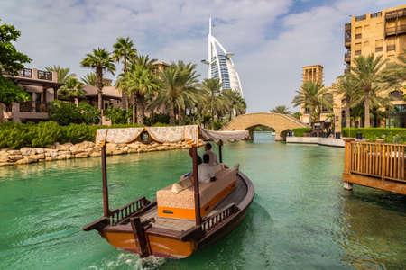 Photo pour DUBAI, UNITED ARAB EMIRATES - JANUARY 31, 2020: View at Burj Al arab hotel from Madinat Jumeirah luxury hotel in a sunny day in Dubai, United Arab Emirates - image libre de droit