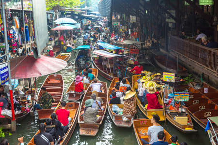 Photo pour BANGKOK, THAILAND - MARCH 22, 2018: Floating market in Thailand in a summer day - image libre de droit